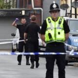 Antallet af anholdte oven på fredagens angreb i et tog i London er oppe på fem.