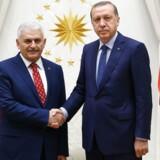 Den rutinere politiker og trofaste Erdogan-støtte Binali Yildirim (t.v.) overtager Tyrkiets premierministerpost efter Davutoglu.