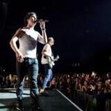 Lukas Graham sammen bassisten Magnus Larsson ved en koncert på Papp Laszlo Sports Arena i Budapest.