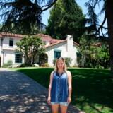 Skribenten foran Casa Walsh, hvor Brenda og Brandon boede. Huset ligger ikke i Beverly Hills, men lidt nord for byen Pasadena.