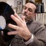 Jo, sådan ser den ud, og den lever faktisk i bedste velgående, den gamle LP-vinylplade. Der bliver solgt flere og flere af den slags plader, som Arnaud Boubet, medstifter af specialbutikken Paris Jazz Corner i den franske hovedstad, her hengivent holder frem. Foto: Joel Saget, AFP/Scanpix