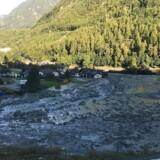 Otte mennesker er savnet, efter et jordskred i den schweiziske landsby Bondo. Her ses landskabet omkring landsbyen efter ulykken, der fandt sted d. 23. august.