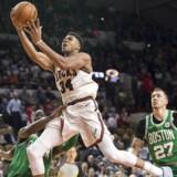 Giannis Antetokounmpo fra Milwaukee Bucks kaster sig mod kurven og afslutter et angreb i tredje quarter af kampen mod Boston Celtics den 26. oktober. Foto: Jeff Hanisch-USA TODAY Sports