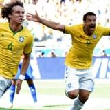 David Luiz og Fred fra Brasilien efter åbningsmålet fra David Luiz.