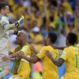 Brasiliens målmand Julio Cesar fejres af holdkammeraterne efter sin afgørende rolle i straffesparkskonkurrencen mod Chile ved VM-ottendedelsfinalerne i Brasilien.