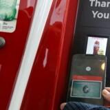 Android Pay er Googles nye mobilbetalingssystem, der fungerer ligesom konkurrentens Apple Pay og snart vil være en del af internetgigantens mobilstyresystem, som også giver brugerne større magt til at bestemme, hvilke programmer der har lov til hvad. Man holder telefonen op til en kortlæser, hvorpå det indlagte kreditkort dukker op. Et fingertryk er nok til at godkende betalingen af her en cola fra automaten. Foto: Justin Sullivan, Getty Images/AFP/Scanpix