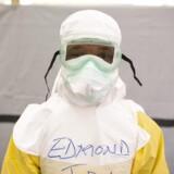 En sundhedsmedarbejder fra Sierra Leone i beskyttelsestøj.