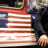 Der var tale om markedsføring for Amazons nye TV-serie »The Man in the High Castle«, da newyorkerne i den forgangne uge blev mødt af deres eget flag blandet sammen med henholdsvis det japanske og Nazitysklands ditto i undergrundsbanen. Der var imidlertid også tale om markedsføring, som ifølge både byens borgmester og en guvernør ramte et godt stykke forbi skiven.