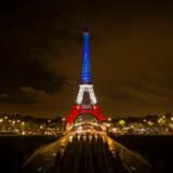 Eiffel-tårnet oplyst i de franske farver mandag aften.