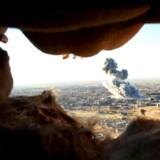 Fra en udkigspost i bjergene nord for Sinjar kan kurdiske soldater og frivillige ezidier overvære angrebet på byen, som har været under Islamisk Stats kontrol siden 3. august 2014. Foto: Ari Jalal/Reuters
