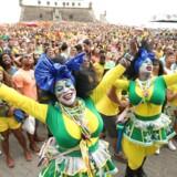 Brasilianske fans under kampen mod Chile, kampen vises på storskærm i Salvador.
