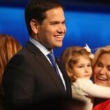 Præsidentkandidat og senator Marco Rubio smiler på scenen med sin familie efter en tv-transmitteret debat med andre kandidater fra republikanernes parti på universitetet i Colorado. Justin Sullivan/Getty Images/AFP