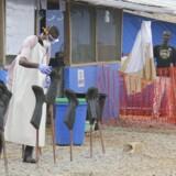 Drengene Solomon, og Joe står i 'rød zone', hvor de bliver behandlet for ebola 200 km fra Morovia.