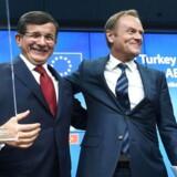 Tyrkiets premierminister, Ahmet Davutoglu, og formanden for Det Europæiske Råd, Donald Tusk.