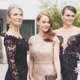 Skuespillerne Vibeke Hastrup (t.v) og Malene Beltoft (i midten), der begge medvirker i »Silent Nights« og Rebecca Pruzan (til højre), gift med filmens producer, før afgang til Oscar. De er alle tre klædt i kjoler fra Jesper Høvring.