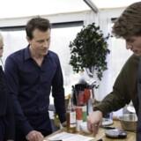 Klar, parat, bag! Dommerne Katrine Foged Thomsen og Markus Grigo inspicerer yngstemanden Antons kageproces. Foto: DR