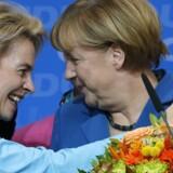 Angela Merkel ønskes tillykke med genvalget til kansler i 2013 af daværende arbejds- og socialminister Ursula von der Leyen. Foto: Fabrizio Bensch/Reuters
