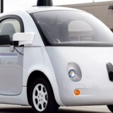 En af Googles selvkørende biler er kørt ind i en kommunal bus i et mindre uheld i Mountain View i Californien.