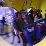 Den virtuelle virkelighed kommer - og griber om sig. Man træder ind i en helt anden verden, og brillerne registrerer, i hvilken retning man kikker eller bevæger sig, uanset om man sidder i en tivolivogn, løber på et løbebånd eller f.eks. sætter den skrue i rumforskningsbilen Mars Rover, som et firma producerer. Her et glimt fra sydkoreanske SK Telecoms stand på verdens største mobilmesse, Mobile World Congress, i denne uge. Foto: Albert Gea, Reuters/Scanpix