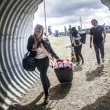 Forventningsfulde festivaldeltagere ankommer til teltpladsen på Smukfest i Skanderborg. Foto: Flemming Krogh