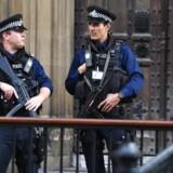 Britisk politi patruljerer foran parlamentsbygningen i London efter terrorangrebet på Parsons Green Station i London EPA/FACUNDO ARRIZABALAGA