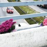 ARKIVFOTO d. 22. august 2016 af blomster på motorvejsbroen mellem Blommenslyst og Vissenbjerg på Fyn, hvor en person omkom, en person blev alvorligt tilskadekommen og et barn slap med skrammer, efter der blev kastet en betonklods ned på deres bil.Se RB 2/11 2016 10.52. Muligt dna-spor af gerningsmand bag drabet på tysk kvinde på fynsk motorvej. To skikkelser blev set på broen. (Foto: Fotograf Sonny Munk Carlsen/Scanpix 2016)
