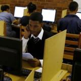 Masser af afrikanske studerende får nu gratis eller særdeles billig adgang til Internet, hvad de ikke har haft hidtil, fordi det er alt for dyrt at grave kabler ned. Her er det studerende på Elswood Secondary School i Cape Town i Sydafrika, der har gratis trådløs forbindelse, fordi Google eksperimenterer med at bruge ubenyttede TV-frekvenser. Foto: Mike Hutchings, Reuters/Scanpix