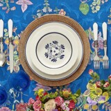 Inviter blomsterne indenfor, og vær ikke bange for at skabe kontraster og sætte romantisk kulør på middagsbordet i denne søde sommertid.
