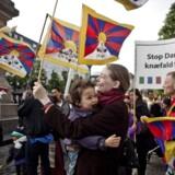 Demonstration mod Kinas menneskerettighedsovertrædelser over for Tibet på Højbro Plads i København fredag d. 15. juni 2012 i forbindelse med den kinesiske præsident Hu Jintaos statsbesøg i Danmark.