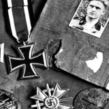De danske østfrontfrivillige, som under Anden Verdenskrig meldte sig til tysk krigstjeneste, er stadig en sprængfarlig del af historien. Godt 7000 danskere kæmpede ved Østfronten, mens andre var vagter i kz-lejre. Ved krigens slutning blev mange af frikorpsets medlemmer idømt fængselsstraffe for deres krigsdeltagelse.Se de historiske billeder her.