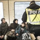 Sverige indfører midlertidig grænsekontrol. Her er vi på Hyllie station, hvor det svenske politi er mødt talstærkt op for at kontrollere pas. De personer, som ikke kan fremvise gyldig identifikation, bliver ført ud af toget, hvorefter de får valget om at søge asyl i Sverige. Hvis ikke de ønsker det, bliver de sendt tilbage til Danmark.