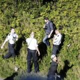 Politikens fotograf Martin Lehmann bliver angiveligt anholdt efter politiet har bedt pressen fjerne sig fra den gruppe flygtninge, der går på motorvejen nord for Padborg. (Foto: Ólafur Steinar Gestsson/Scanpix 2015)