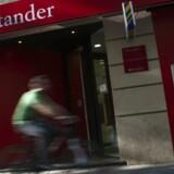 Renterne har ramt bunden og endda brudt igennem den, så de i mange tilfælde er under nul på både ind- og udlån. Ifølge bankportalen Mybanker tilbyder kun to af de mest generøse banker i øjeblikket en indlånsrente på 1 pct. mod at binde pengene i to og tre år i henholdsvis Santander Bank og Ikano Bank.