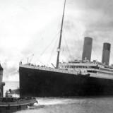 Et brev skrevet af en passager på Titanic er solgt på auktion for et rekordbeløb. Det skriver Reuters.