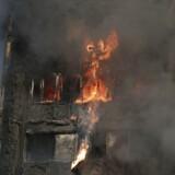 Den britiske befolkning er rystet over de rædselsvækkende scener fra et brændende højhus i det vestlige London, hvor desperate forældre kastede børn ud ad vinduerne i håb om, at de ville blive reddet. Nu vokser kravet om en forklaring på, hvordan branden kunne udvikle sig så hurtigt og eksplosivt. Foto: Daniel Leal-Olivas/AFP