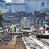 """Byggeriet af Aarhus Letbane sætter sine """"spor"""" på den store indkørselsvej Randersvej. Det er første etape af letbanen, der skal være færdig i 2017. Den bygges sammen med to eksisterende jernbaner-Odderbanen og Grenaabanen - til en eldrevet letbane fra Lystrup via Skejby, Randersvej , havnen og Aarhus Hovedbanegaard. Her ses arbejdet mandag d. 9. maj."""