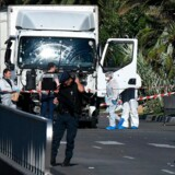 Efterforskere undersøger lastbilen, der blev brugt i angrebet på familier og turister på Promenade des Anglais på Bastilledagen den 14. juli 2016. Mindst 84 er omkommet.