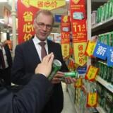 Carlsbergs topchef Cees 't Hart på besøg i en Walmart i den kinesiske storby Chongqing for at se, hvordan Carlsbergs øl præsenteres for de kinesiske forbrugere. (Foto: Gao Ke)