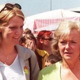 I 1999 stod Helle Thorning-Schmidt og hendes svigermor, Glenys Kinnock, skulder ved skulder i Wales under valgkampen til Europa-Parlamentet. De stillede op og blev valgt for henholdsvis Socialdemokraterne i Danmark og Labour i Storbritannien. I dag er flygtninge fra Eritrea et vigtigt punkt på dagsordenen for dem begge – men med vidt forskelligt udgangspunkt. Foto: Huw Evans