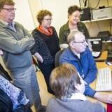 Takket være blandt andet et stort, frivilligt arbejde i landets datastuer - her i Klostergadecenteret i Aarhus - får mange ældre undervisning i at bruge en computer og dermed adgang til digital post, som alle fra 1. november skal kunne modtage. Arkivfoto: Axel Schütt, Scanpix