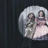 """Kirsten Olesen og Tina Gylling Mortensen er glimrende i Jokum Rohdes """"Dukkelise"""" på Det Kongelige Teater, men udbyttet er ikke meget andet end en postmoderne genreleg. Foto: Camilla Winther."""