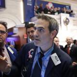 Panikken spredte sig på gulvet i New York Stock Exchange natten til tirsdag dansk tid, da aktiemarkederne styrtdykkede. Foto: Spencer Platt