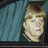 Den tyske kansler, som her er steget på en bil efter sin ankomst til New Delhi forleden, holder trods kritikken fra egne rækker og fra koalitionspartnerne i CSU og SPD indtil videre hårdnakket fast i sin hidtidige flygtningekurs.