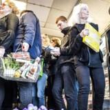 Alt fra cafeer, restauranter en slagter, en købmand og Dansk Supermarked leverer varer til det sociale supermarked. Det betyder blandt andet, at der kan være produkter fra for eksempel en af de nærliggende Føtex-butikker på hylderne.
