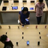iPhone-milepælen slår iPodens knap 400 millioner solgte enheder og bringer salget af iPhones op på niveau med det samlede output af hele den japanske digitalkamera-industri fra 1999 til 2015.