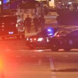 Politibiler ses her foran indgangen til natklubben Pulse i Orlando, Florida. 50 personer er indtil vodere omkommet og endnu flere er såret. AFP PHOTO / Mandel Ngan