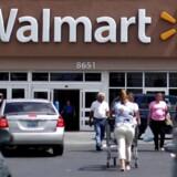 Supermarkedskæden Wal-Mart kom bedre end ventet ud af årets første tre måneder, hvor salget steg mere end ventet.