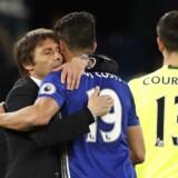 Antonio Conte krammer sin store stærke angriber Diego Costa. Med to mål var Costa afgørende for sejren hjemme i London. Reuters/John Sibley