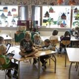 Børnene skal være længere tid i skole, og der spares på SFO. Arkivfoto fra Bækkegårdsskolens SFO, hvor børnene har deres skole-iPads med. (Foto: Jonas Skovbjerg Fogh/Scanpix 2015)