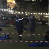 Militær og politi ved tildækkede lig af terrorofre på Promenade des Anglais i Nice.